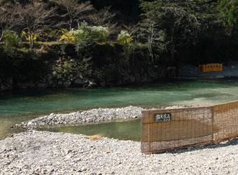 旅館が用意した川原の露天風呂